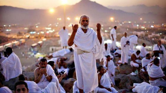 Jamaah Haji Sedang Berdoa di Jabal Rahmah