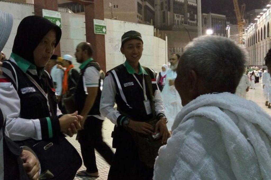 Petugas Mengarahkan Jamaah ke Pintu Masjidil Haram